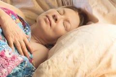 Un wooman que duerme adentro imagen de archivo libre de regalías