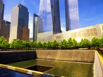 Un World Trade Center adyacente a la piscina del norte del monumento nacional del 11 de septiembre Fotos de archivo