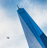 Un World Trade Center avec un vol plat par Image stock