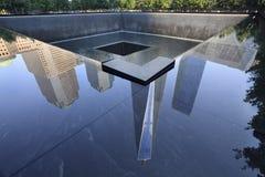 Un World Trade Center reflejó en el agua, Nueva York, los E.E.U.U. Foto de archivo libre de regalías