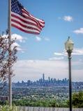 Un WTC y la bandera de los E.E.U.U. Imagen de archivo