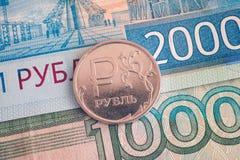 Un y dos mil billetes de banco y uno-rublos de la rublo acuñan en él Imagen de archivo