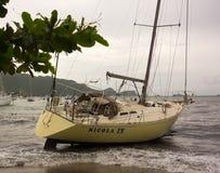 Un yacht a échoué pendant un ouragan dans les îles au vent photos stock