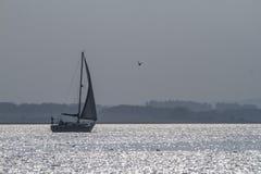 Un yacht in acque frizzanti Immagine Stock Libera da Diritti