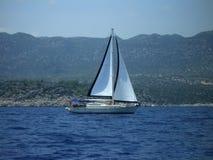 Un yacht bianco sotto una vela in bianco e nero Fotografia Stock