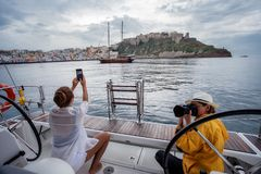 Un yacht de navigation photo libre de droits