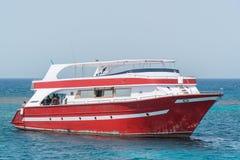 Un yacht del motore in corso sul mare tropicale fotografia stock