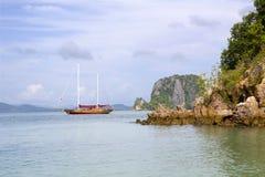 Un yacht di legno nell'oceano Fotografia Stock