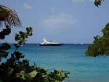 Un yacht di lusso del motore vicino alla spiaggia Fotografia Stock