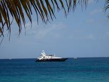 Un yacht di lusso del motore vicino alla spiaggia Fotografie Stock