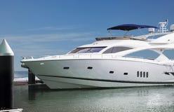 Un yacht di lusso ha parcheggiato nel suo ancoraggio in uno del Fotografie Stock Libere da Diritti