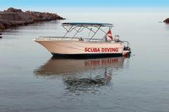Un yacht di piacere è sulla riva Fotografia Stock