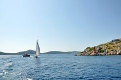 Un yacht en mer Photographie stock libre de droits