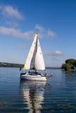 Un yacht flottant dans le lac Photo libre de droits