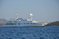 Un yacht gigante nelle isole greche fotografia stock