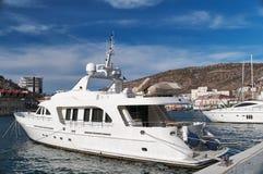 Un yacht moderne de moteur Images stock