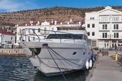 Un yacht moderne de moteur Photographie stock