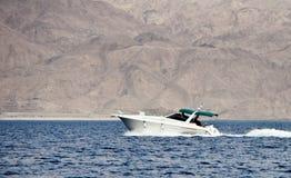 Un yacht moderno al golfo di Aqaba Fotografia Stock Libera da Diritti