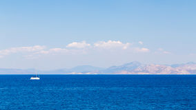 Un yacht nel mare Fotografia Stock Libera da Diritti