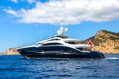 Un yacht privato di lusso del motore in corso sul mare tropicale con l'onda di prua fotografie stock libere da diritti