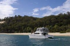 Un yacht s'arrête hors fonction à l'île de moreton Image libre de droits