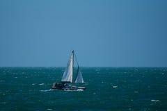 Un yacht sur la Manche images stock