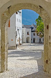 Un yard de château en Autriche, vue d'un passage arqué Photographie stock