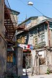 Un yard géorgien typique d'une vieille maison en bois traditionnelle et d'un séchage de vêtements et de toile sur les cordes Tbil Photo stock