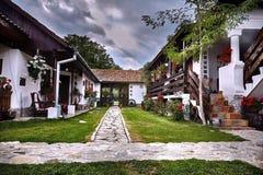 Un yard roumain sur un musée traditionnel et spectaculaire d'hôtel dans la ville Roumanie de Horezu Photo libre de droits