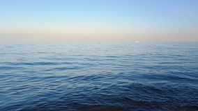 Un yate blanco en el mar almacen de video