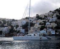 Un yate en el mar Mediterráneo Symi Islas griegas Imagenes de archivo