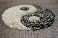 Un yin yang effectué à partir des graines Photo libre de droits
