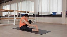 Un yoga avancé de pratique de personne Un homme fort exécutant des exercices de yoga dans le studio clips vidéos