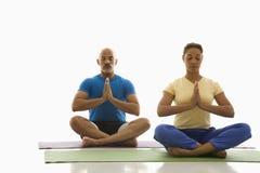 Un'yoga di pratica delle due genti. Fotografie Stock Libere da Diritti
