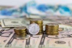 Un yuan contre des pièces de monnaie empilées Photo libre de droits