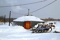 Un yurt con el trineo en una nieve blanca Fotos de archivo libres de regalías