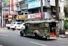 Un zeepney que corre en la calle en Ciudad Quezon en Manila, Filipinas Imagen de archivo