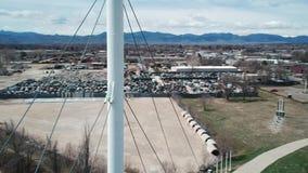 Una órbita aérea alrededor del top de puente colgante blanco almacen de metraje de vídeo