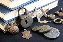 Una aún-vida de las antigüedades del siglo XIX de la colección del colector de reliquias antiguas, de monedas y de otros objetos Fotografía de archivo libre de regalías