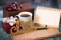 Una aún-vida festiva con los presentes, una taza, un cuaderno Imágenes de archivo libres de regalías