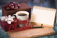Una aún-vida festiva con los presentes, una taza, un cuaderno, pluma Imagenes de archivo