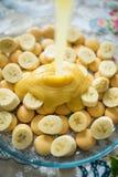 Una acción de la preparación de comida tiró con los plátanos y el caramelo Foto de archivo