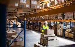 Una acción que controla mayor del trabajador o del supervisor del almacén de la mujer Foto de archivo
