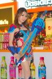 Una actitud cosplay del animado japonés no identificado en el festival GRANDE 2013 de la demostración de juego de Tailandia fotografía de archivo libre de regalías