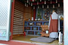 Una adoración practicante del monje Coreano-budista en un sitio La imagen era t Fotos de archivo