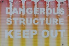 Una advertencia descolorada de la muestra de una estructura peligrosa Imagen de archivo