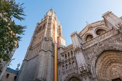 Una aguja de la iglesia en el sol en España Foto de archivo