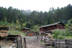 Una aldea de Tíbet delante de bosques Imagen de archivo libre de regalías