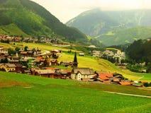 Una aldea soñolienta suiza hermosa con la visión asombrosa Imagen de archivo libre de regalías