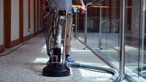 Una alfombra masculina más limpia del pasillo del hotel de la limpieza del trabajador almacen de metraje de vídeo